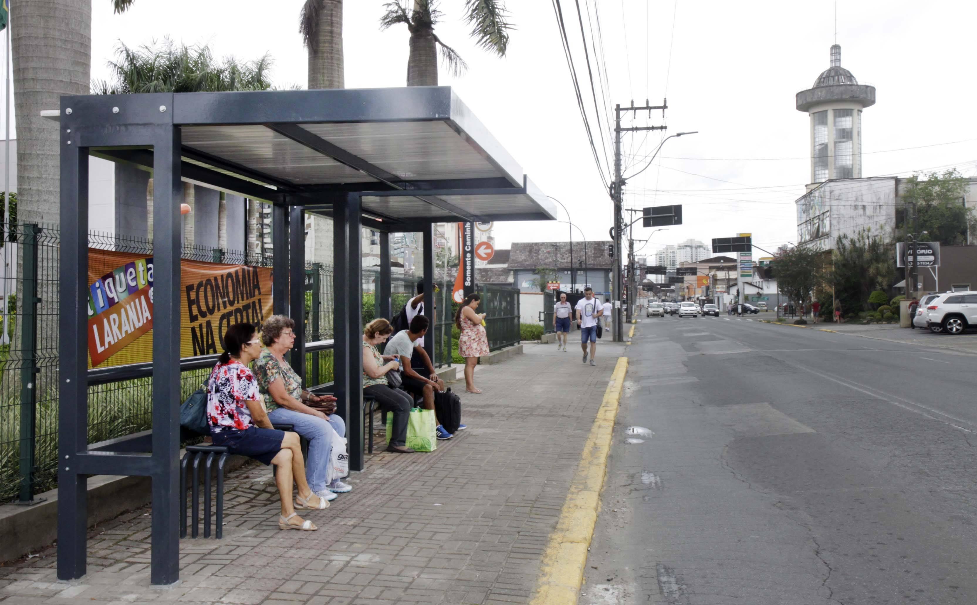 Prefeitura de Joinville instala novos abrigos de ônibus 717790c1a19d